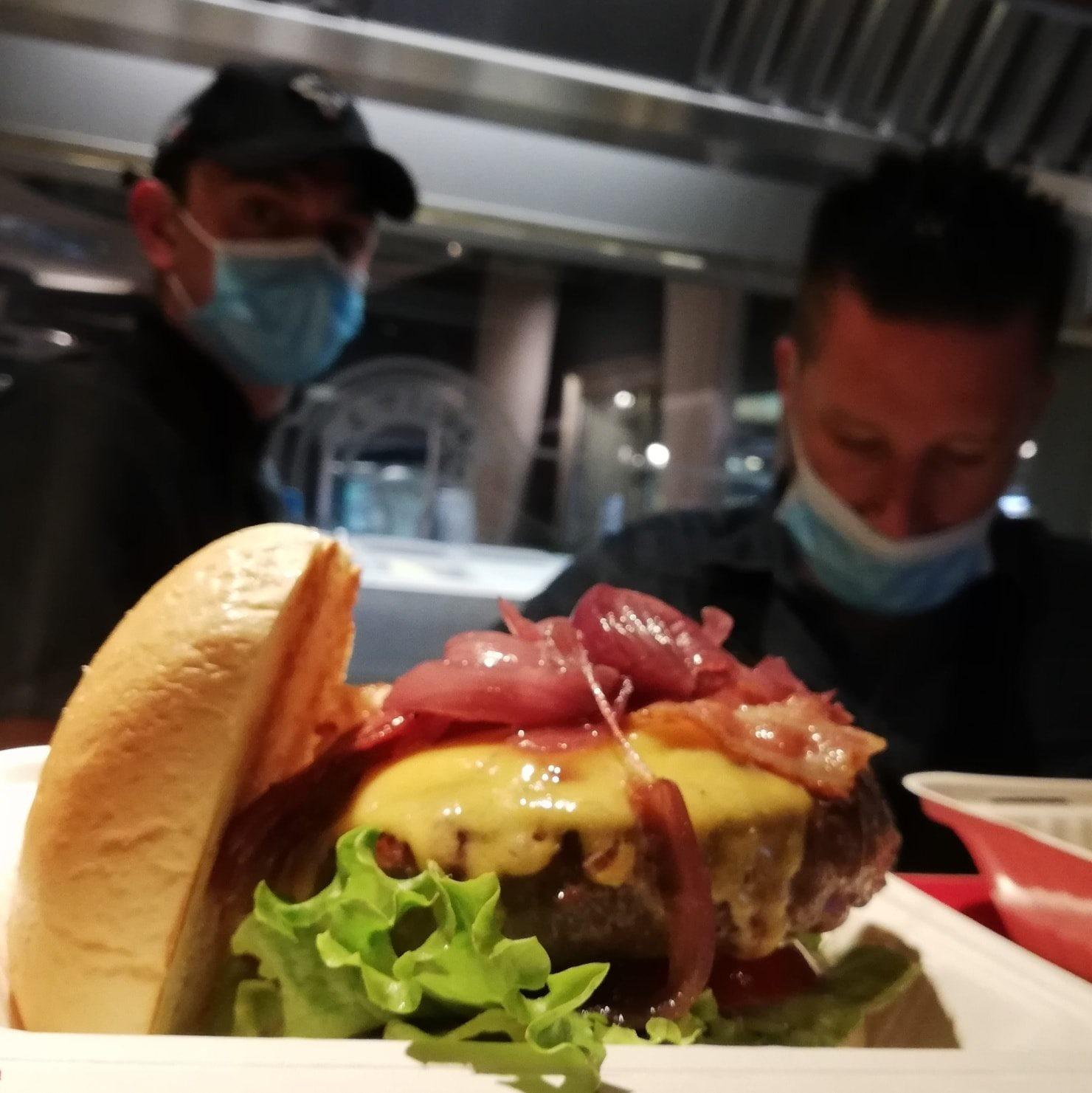 immagine Hamburger Limousine 300gr, cheddar, bacon, cipolla caramellata, insalata gentile, pomodoro e pane.