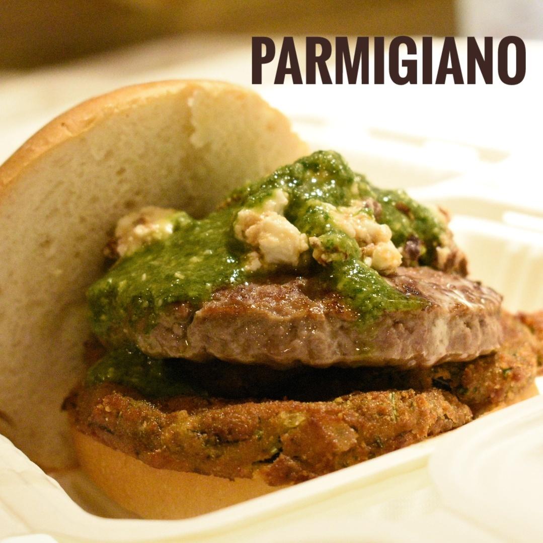 immagine Hamburger, melanzane cotte al forno, pesto al basilico homemade (senz'aglio), mozzarella vaccina, pomodoro San Marzano, pane.