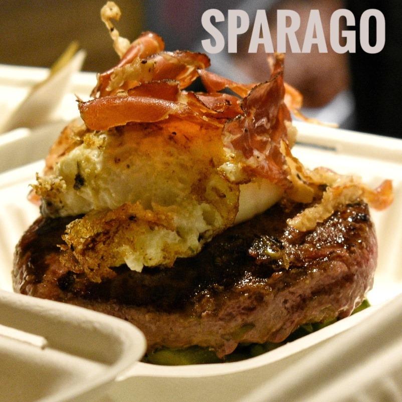 immagine Hamburger, asparagi spadellati, crema di formaggio grana Dop, uovo all'occhio di bue, speck croccante, olio al tartufo, pane.