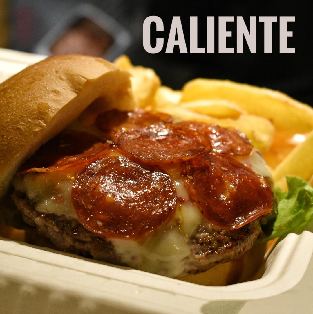 immagine Hamburger, formaggio ai peperoni piccanti del Salento, salamino piccante, insalata gentile, pomodoro ramato, pane.