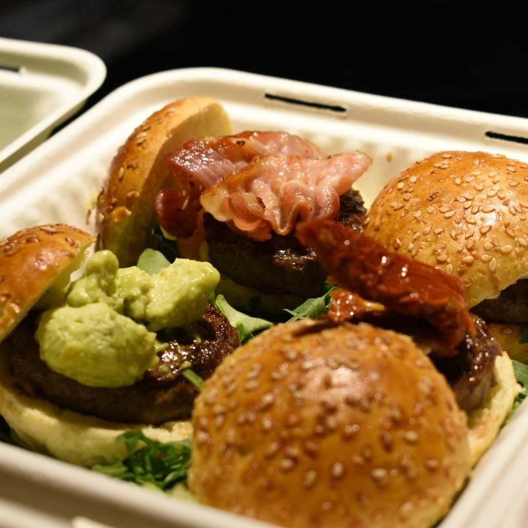 immagine 4 Mini hamburger di Limousine 50gr conditi: uno con mousse di mozzarella di bufala, uno con bacon, uno con guacamole, uno con pomodorino confit. Pane.