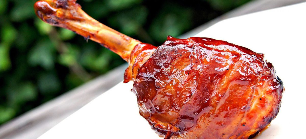 immagine Succulenti fusi di pollo lavorati, speziati, avvolti nel bacon, leggermente affumicati e infine glassati con della ottima chutney di mango.